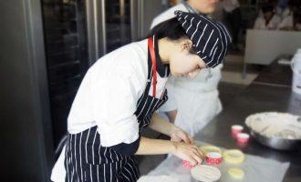 想学烘焙应该去厨师学校还是去蛋糕店跟着师傅实习?