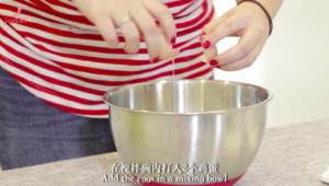 最简单的法式甜品做法——巧克力熔岩蛋糕的做法 步骤4