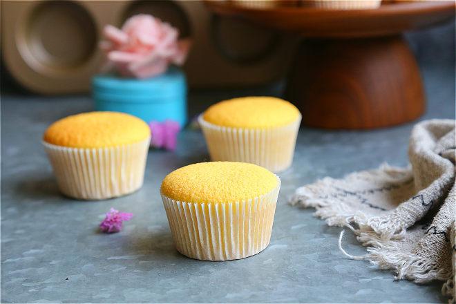 全蛋法打发原味海绵杯子蛋糕的做法