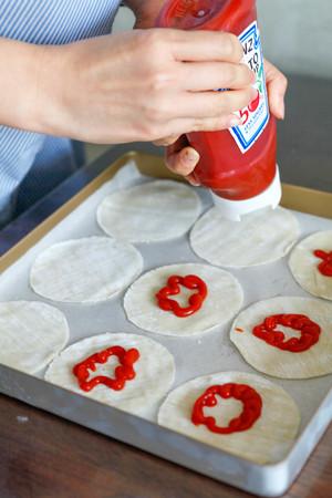 快手早餐:纽扣披萨的做法 步骤2