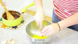 最简单的法式甜品做法——巧克力熔岩蛋糕的做法 步骤6