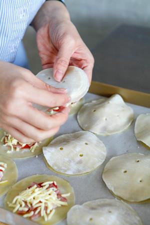快手早餐:纽扣披萨的做法 步骤7