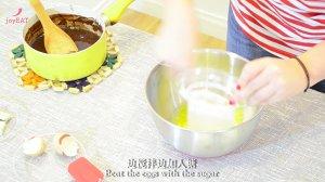 最简单的法式甜品做法——巧克力熔岩蛋糕的做法 步骤5