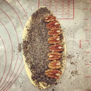 黑芝麻碧根果花朵面包的做法 步骤6