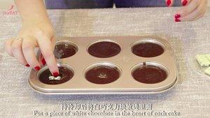 最简单的法式甜品做法——巧克力熔岩蛋糕的做法 步骤10