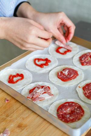 快手早餐:纽扣披萨的做法 步骤3