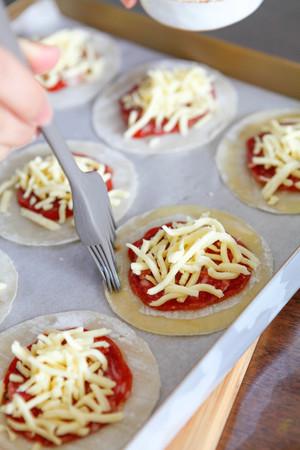 快手早餐:纽扣披萨的做法 步骤5