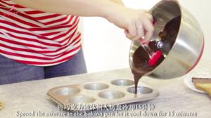 最简单的法式甜品做法——巧克力熔岩蛋糕的做法 步骤9