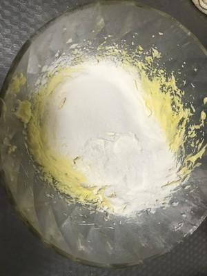 葡萄干黄油戚风纸杯的做法 步骤5