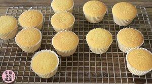 全蛋法打发原味海绵杯子蛋糕的做法 步骤16