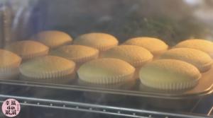 全蛋法打发原味海绵杯子蛋糕的做法 步骤15