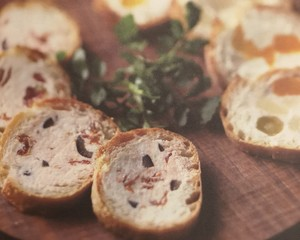 镶嵌新鲜奶酸酪的棍子面包(水果与蜂蜜)的做法 步骤4