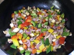 蔬菜培根鸡蛋杯的做法 步骤4