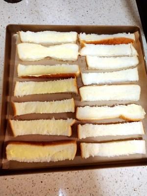 咔擦咔擦脆的黄油吐司条的做法 步骤3