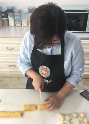 皮皮直播教你做老婆饼,酥皮椰蓉糯米馅老婆饼的做法 步骤6
