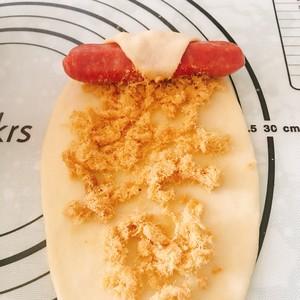 松软的肉松(香肠)(牛角)面包的做法 步骤7