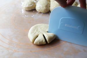 香软可口的花式豆沙面包的做法 步骤4