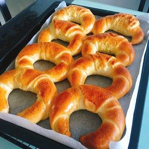 松软的肉松(香肠)(牛角)面包的做法 步骤11