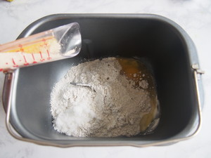 黑麦红枣核桃卷的做法 步骤2