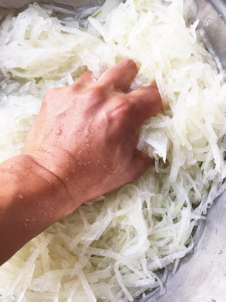 广式月饼—蛋黄冬翅月饼的做法 步骤3