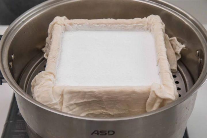 夏天适合品尝的糕点——桂花蒸米糕,又叫雪蒸糕,名字听起来就很清爽。