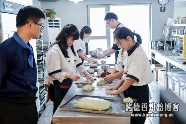面团揉面手法及发酵技巧,做面包不再难!(详细图解)