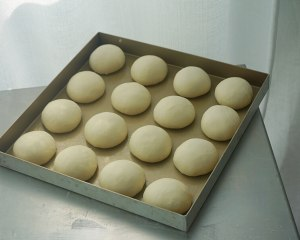 ?超简单快手,柔软拉丝,一次发酵,牛奶小餐包的做法 步骤4